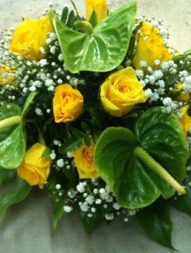 Composizione centrotavola anthurim verde e rose gialle