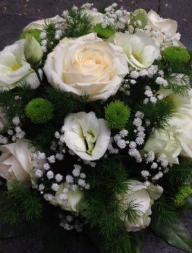 Composizione centrotavola rose bianche e lisianthus