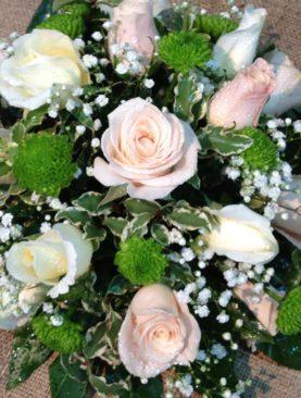Composizione centrotavola rose rosa e bianche