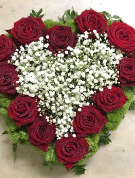 Cuore bordo di rose e centro di gipsofila