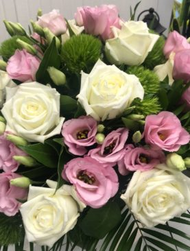 Bouquet di rose bianche e lisianthus rosa