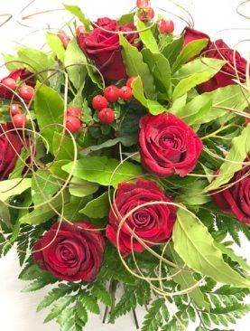 Bouquet rose rosse, alloro, filamenti dorati