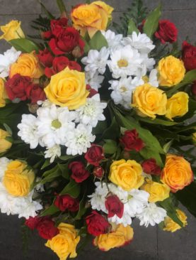 Bouquet rose gialle, margherite e roselline