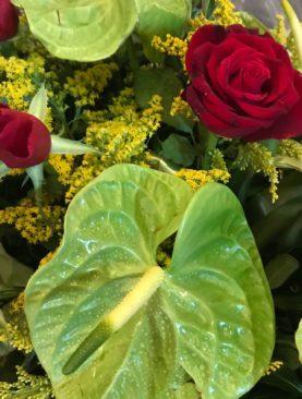 Cuscino di anthurium  verdi e rose rosse