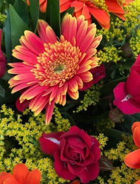 Bouquet misto arancio, rosso e giallo.