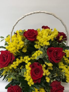 Composizione in cesto mimosa e rose rosse