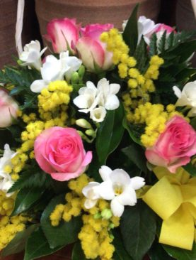 Cesto con mimosa, rose rosa e fresie