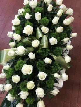 Cuscino di rose bianche e garofano verde (o crisantemo Froggy)