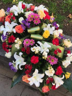Cuscino funebre multicolore di fiori misti