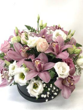 Scatola di orchidee rosa e lisianthus