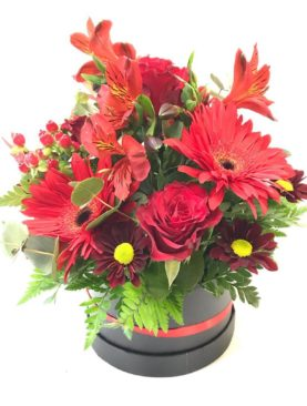 Composizione in scatola, mix di fiori rossi