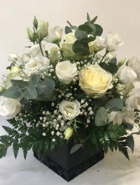 Scatola di fiori bianchi misti