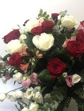 15 rose rosse  extra - 9 rose bianche extra con altri fiori di stagione