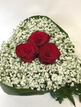 Cuore di 3 rose e gipsofila