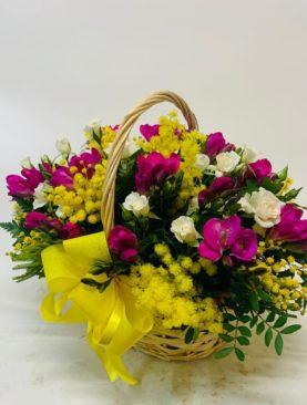 Composizione in cesto con mimosa
