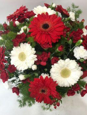 Fiori misti in cesto tonalità di rosso e bianco